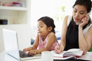 ibu work from home dengan putrinya